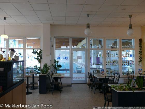 Bild: Blick von der Gaststätte in das Hallenbad